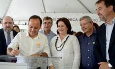 Pessoa, no palanque com Rodrigo Neves e outras autoridades em cerimônia da TransOceânica Foto: Prefeitura de Niterói / Divulgação