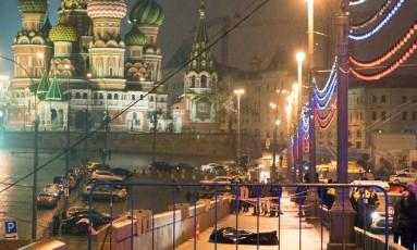 Corpo de Nemtsov é fotografado diante da Catedral de São Basílio, símbolo da Praça Vermelha e parte do complexo do Kremlin Foto: DMITRY SERERYAKOV / AFP