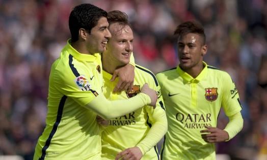 Rakitic é abraçado por Suárez ao abrir o placar para o Barcelona Foto: Jorge Guerrero / AFP