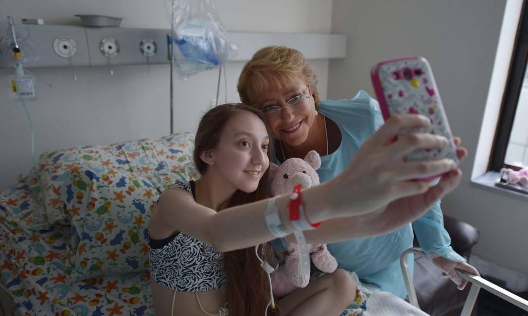 Foto divulgada pela assessoria de imprensa da presidência mostrando Bachelet posando para uma selfie com Valentina Foto: HO / AFP
