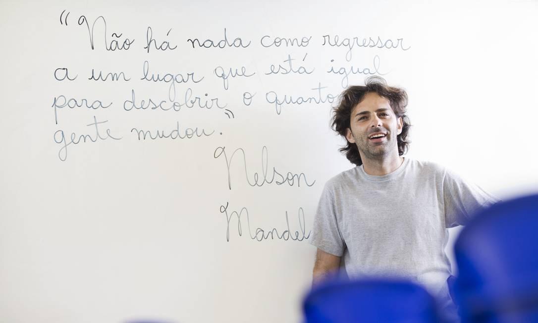 O professor Claudio Menezes Maia, que leciona a disciplina de Lingua Portuguesa, passou por um longo período de depressão em 2014 Foto: Ana Branco / Agência O Globo