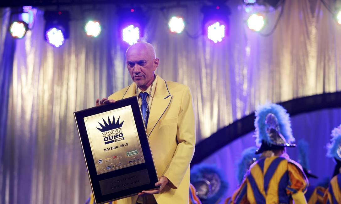 Mestre Casagrande recebe o prêmio de melhor bateria pela Unidos da Tijuca Foto: Fabio Rossi / Agência O Globo