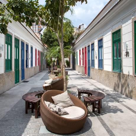 """Vila Tijuca. Com espaço livre comum mobiliado, piso nivelado e restaurada em 2010, ela está no livro: """"Vilas cariocas, estudo de casos"""" Foto: Andre Nazareth / Divulgação"""
