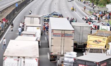 Na última sexta-feira, caminhoneiros fizeram protestos e reinvindicações na Rodovia Presidente Dutra, comprometendo o trânsito na região, na altura de Guarulhos Foto: Terceiro / Agência O Globo