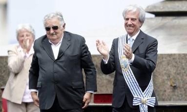 Ao lado de Mujica, Tabaré Vazquez aplaude o ex-presidente uruguaio Foto: ANDRES STAPFF / REUTERS