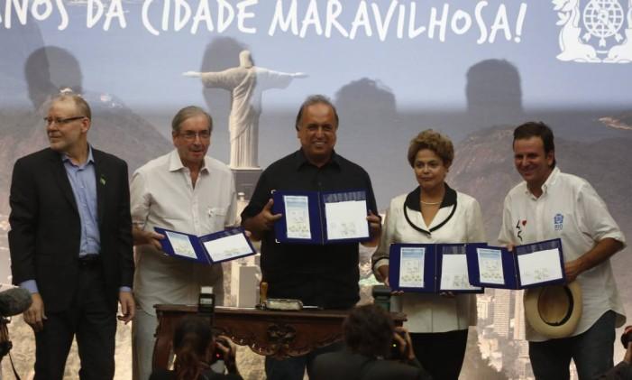 Cerimônia no Palácio da Cidade, no Rio: Dilma e Eduardo Cunha posaram para foto, mas não se falaram Foto: Hudson Pontes / Agência O Globo