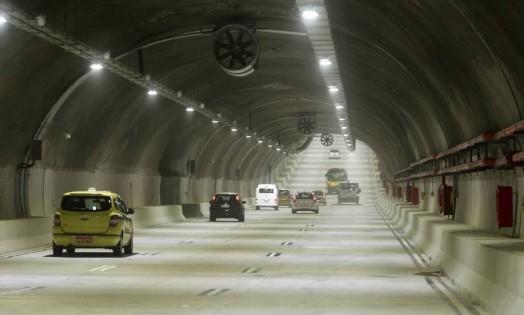 No primeiro dia útil de funcionamento, o novo túnel teve pouco movimento pela manhã Foto: Gabriel de Paiva / Agência O Globo