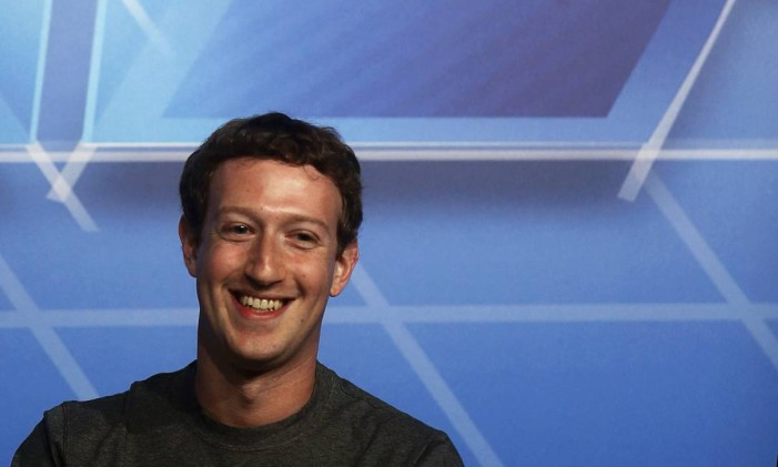 REFILE - QUALITY REPEAT Facebook Chief Executive Officer Mark Zuckerberg smiles onstage before delivering a keynote speech during the Mobile World Congress in Barcelona February 24, 2014. Zuckerberg will take a victory lap at the world's largest mobile technology conference in Barcelona on Monday, after beating out Google Inc in a $19 billion acquisition of free messaging service WhatsApp. REUTERS/Albert Gea (SPAIN - Tags: BUSINESS TELECOMS) Foto: ALBERT GEA / REUTERS