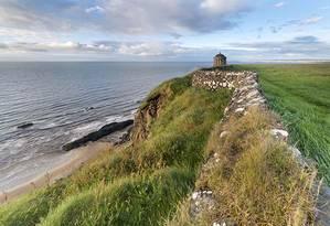 """A localidade de Downhill Beach, no litoral da Irlanda do Norte, serviu de cenário para a série """"Game of thrones"""" Foto: Reprodução"""