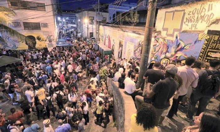 Rodas de samba na Pedra do Sal atraem turistas e jovens de vários bairros Foto: Fernando Quevedo / Agência O Globo