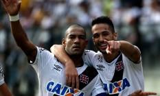 Rodrigo e Luan, a dupla de zaga do Vasco. Mais jovem, Luan diz que o colega é muito chato jogando, mas sempre ouve seus conselhos Foto: Extra / Rafael Moraes