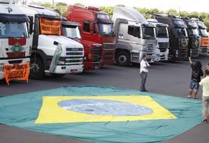 Caminhoneiros protestam em frente ao estádio Mané Garrincha, em Brasília, nesta terça-feira, 3 de março Foto: Jorge William / Agência O Globo