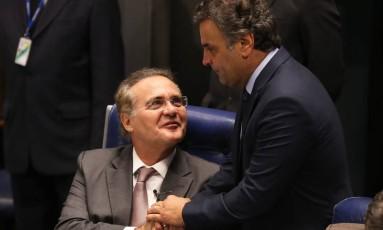 O presidente do Senado, Renan Calheiros (PMDB-AL), sendo cumprimentado pelo senador Aécio Neves (PSDB-MG) Foto: Ailton de Freitas / Agência O Globo