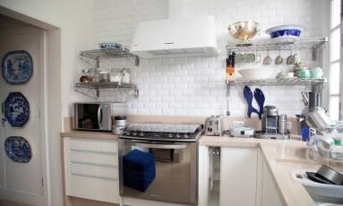 Cozinha organizada, sem televisão e sem comida exposta induz menos o morador a comer Foto: Clara Carsalade / Divulgação