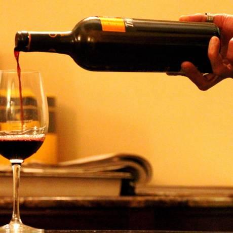 Uma taça de vinho deixa pessoa mais bonita, sugere estudo Foto: Agência O Globo