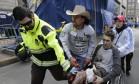 Vítima é resgatada na maratona de Boston Foto: Charles Krupa / AP