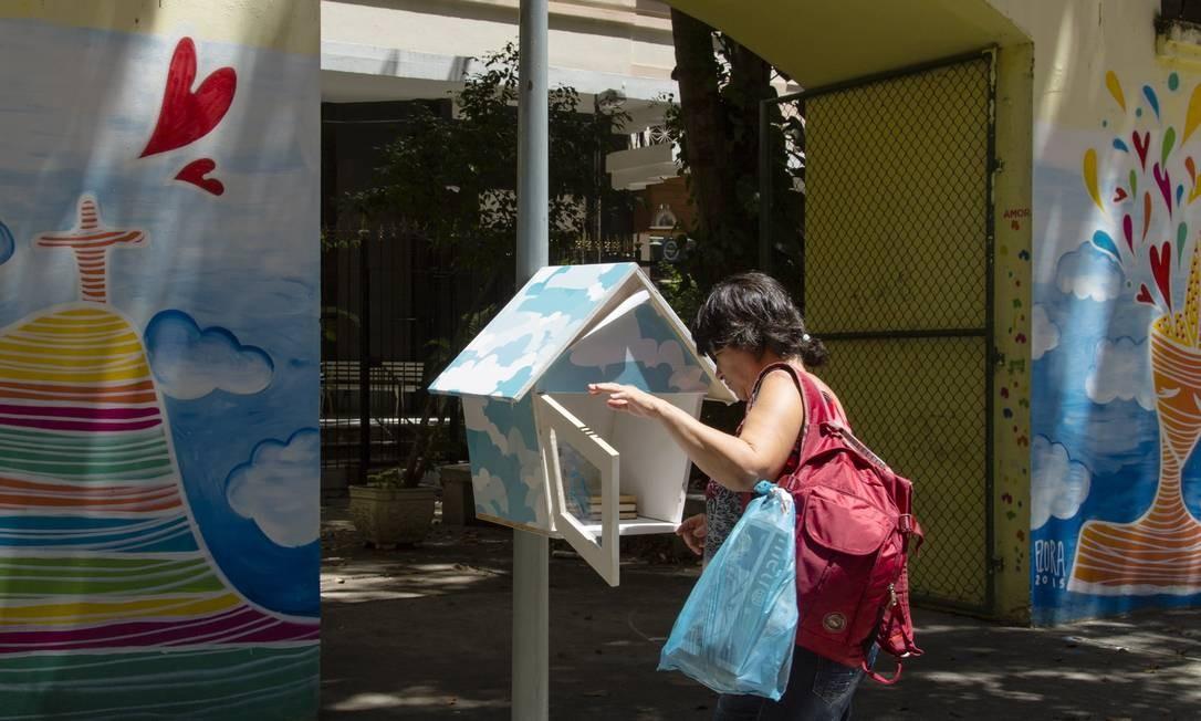 Moradora deixa livros na casinha da Praça Sarah Kubistchek Foto: Agência O Globo / Leo Martins