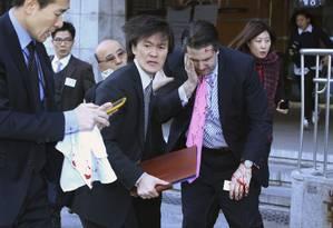 Mark Lippert (direita). Embaixador americano na Coreia do Sul foi atacado no centro de Seul e levou corte no rosto Foto: YONHAP / REUTERS