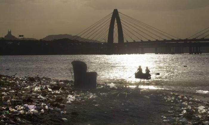 Lixo acumulado à beira da Baía de Guanabara Foto: Antonio Scorza / Agência O Globo