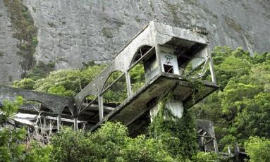 A torre do antigo Cassino Royale, no Joá, tem pilares expostos Foto: Cezar Loureiro / Agência O Globo