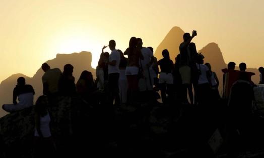 RI Rio de Janeiro 05/03/2015 - (RJ ) - Fim de tarde no Arpoador com lua cheia. Foto: Marcelo Piu / Agência O Globo Foto: Marcelo Piu / Agência O Globo