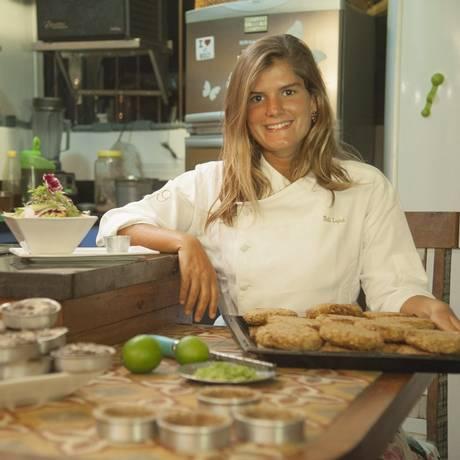 Feito com amor e nos mínimos detalhes: na pequena cozinha do bistrô, Tati Lund prepara seus famosos bolinhos Foto: Adriana Lorete/ Agência O Globo