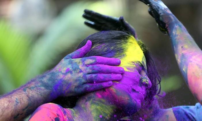 Hindus espalham pó colorido no rosto de uma menina durante as celebrações em Mumbai, na Índia Foto: Rajanish Kakade / AP