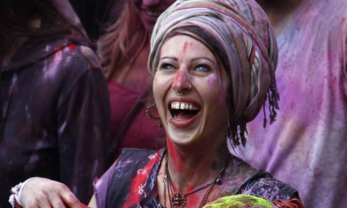 Turistas se colorem com pó nas celebrações em Pushkar, Índia Foto: Deepak Sharma / AP