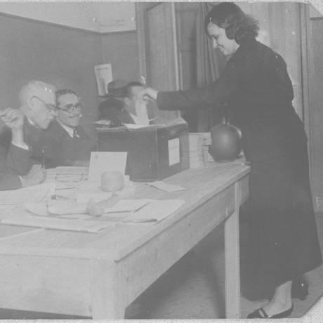Sufragista. Mulher vota numa seção da Rua das Laranjeiras, no Rio: Brasil foi um dos pioneiros do voto feminino Foto: 04/05/1933 / Arquivo