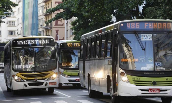 Coletivos passam pela Avenida Nossa Senhora de Copacabana: prefeitura vai alterar quantidade de linhas e ônibus circulando pela Zona Sul da cidade Foto: Hudson Pontes / Agência O Globo