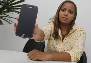 """Reincidente. Lara Matheus só conseguiu a troca do celular após mandar o aparelho pela terceira vez para a assistência técnica: """"Claro que não passou pelo controle de qualidade"""" Foto: Pedro Teixeira / Pedro Teixeira"""