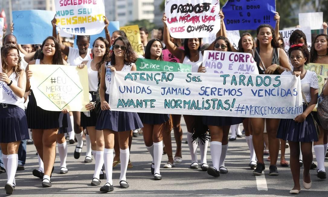 Estudantes marcham de uniforme na Praia de Copacabana, em protesto contra o assédio sexual sofrido por uma normalista, quando estava a caminho da escola Foto: Alexandre Cassiano /