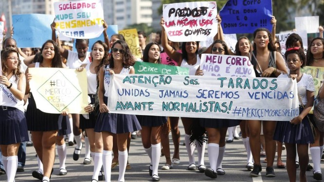 Estudantes marcham em protesto contra o assédio sofrido por uma normalista em transporte público Foto: Alexandre Cassiano / Agência O Globo