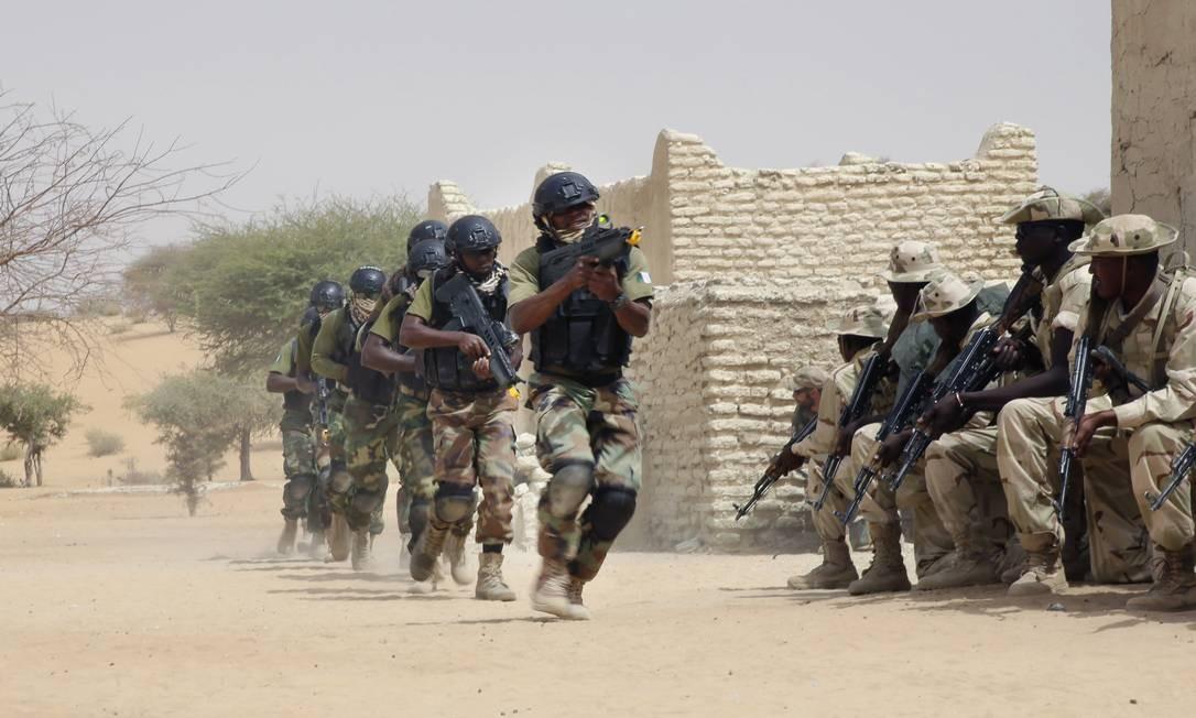 Forças especiais da Nigéria marcham em frente a soldados do Chade durante exercício no Chade Foto: / AP/Jerome Delay