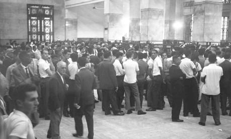 Último dia. Em 1962, centenas de contribuintes fazem fila para entregar declaração de renda em 21 guichês no Ministério da Fazenda, no Centro do Rio Foto: 30/04/1962 / Agência O Globo