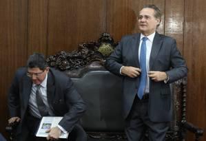O presidente do Senado Renan Calheiros (PMDB-AL) recebe o ministro da Fazenda Joaquim Levy Foto: Ailton de Freitas / O Globo