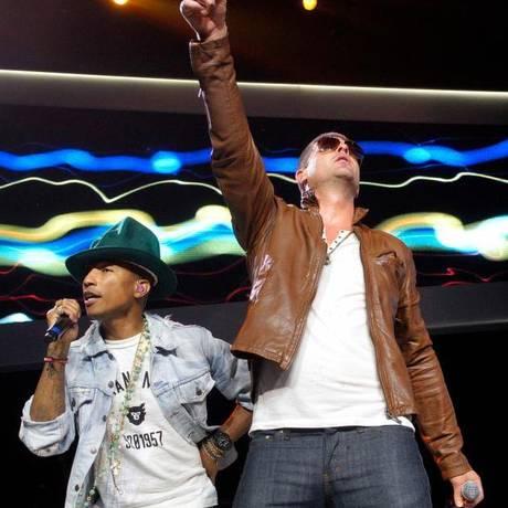 Pharrell Williams e Robin Thicke se apresentam juntos Foto: Rick Wilking / Reuters