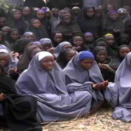 Meninas sequestradas pelo Boko Haram no ano passado, em episódio que causou comoção mundial: abdução de crianças é tática de radicais islâmicos nigerianos Foto: HO / AFP
