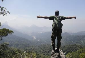 Vista do mirante do Morro do Queimado: a Zona Sul ainda mais bonita emoldurada de verde e azul Foto: Felipe Hanower