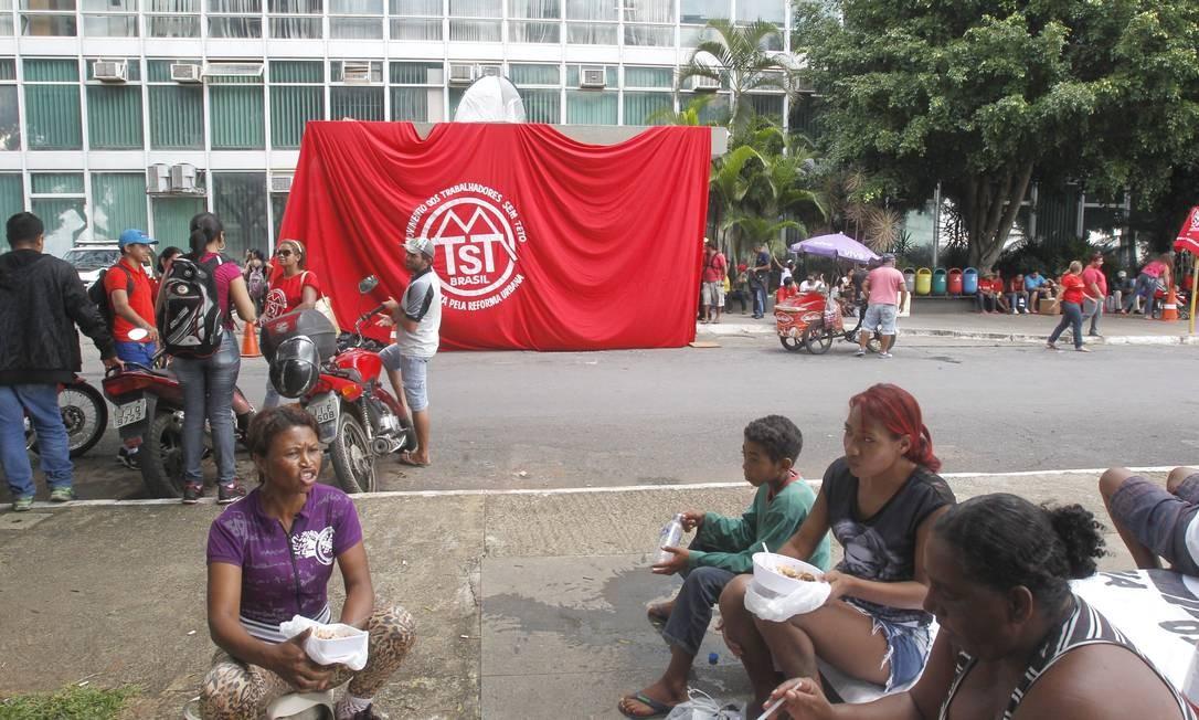 Trabalhadores sem-teto fazem protesto em frente ao Ministério da Fazenda Foto: Givaldo Barbosa / Agência O Globo