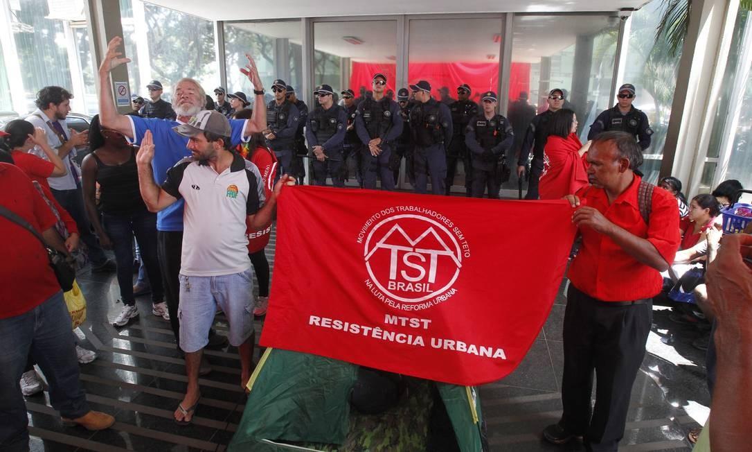 Manifestantes do Movimento dos Trabalhadores Sem-Teto (MTST) são contra o plano de ajuste fiscal do governo Foto: Gilvaldo Barbosa / Agência O Globo