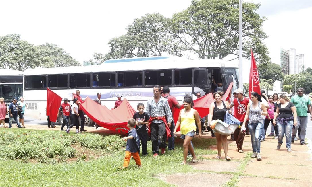 Integrantes do MTST chegam ao Ministério de ônibus Foto: Givaldo Barbosa / Agência O Globo