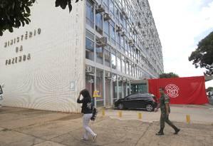 A segurança da Fazenda fechou as portas, obrigando os funcionários do ministério a entrarem e saírem do local pelo edifício anexo, que tem ligação com o prédio principal Foto: Givaldo Barbosa / Agência O Globo