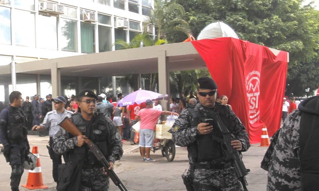 Segundo a Polícia Militar, cerca de 200 pessoas participaram inicialmente da manifestação Foto: Givaldo Barbosa / Agência O Globo