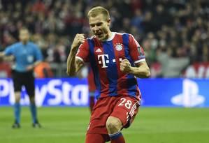 O zagueiro Badstuber festeja o quinto gol do Bayern contra oShakhtar Donetsk Foto: ODD ANDERSEN / AFP