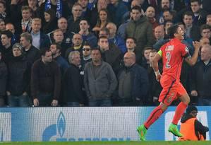 Thiago Silva festeja o golaço que marcou de cabeça para o Paris Saint-Germain no 2º tempo da prorrogação contra o Chelsea, em Londres Foto: GLYN KIRK / AFP