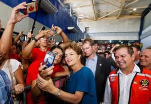 Dilma foi recebida por militantes do PT no aeroporto do Acre Foto: Roberto Stuckert Filho / Agência O Globo