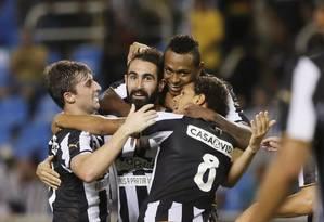 Renan Fonseca comemora com Diego Jardel, Jóbson e Willian Arão um gol do Botafogo Foto: Marcos Tristão / Agência O Globo