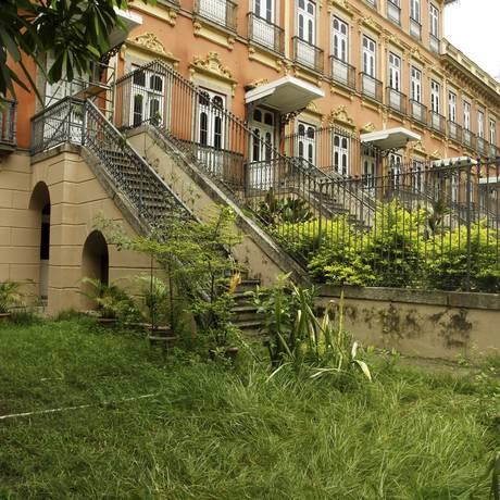 Mato toma o jardim do prédio: subutilização do espaço incomoda os moradores Foto: Gabriel de Paiva / Agência O Globo