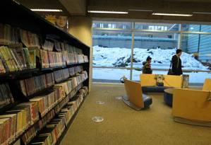 A neve fica do lado de fora desta biblioteca, que integra a rede de caminhos subterrâneos de Montreal, no Canadá. Foto: Ana Callejas / El Mercúrio/GDA